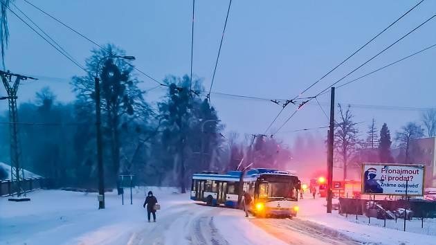 Trolejbusu v Ostravě pomohla cisternová stříkačka Tatra.