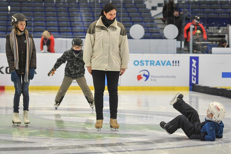 Olympijský festival u Ostravar Arény 23. února 2018 v Ostravě. Krasobruslařka Lenka Kulovaná (ve středu) učí slečnu Nicol krasubruslařské kreace.