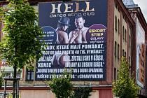 Nejprve se stížností (doplněním kalhotek) a následně i se zahájením správního řízení (doplněním textu) se majitel striptýzového klubu vypořádal po svém.