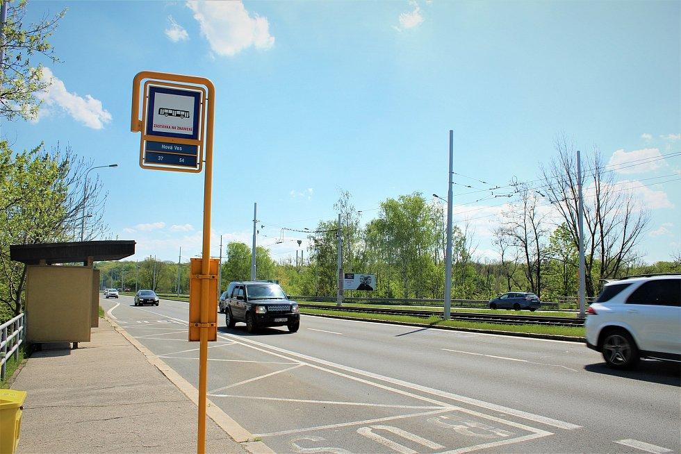 Ulice 28. října je jedním ze dvou hlavních dělících koridorů v Nové Vsi.