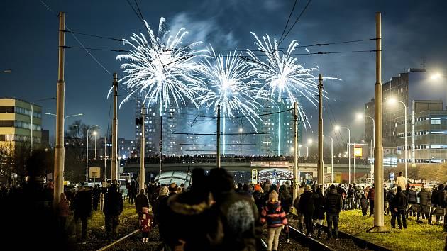 Již tradičně se první den v novém roce rozzářilo nebe nad Ostravou. A to konkrétně v Ostravě-Hrabůvce u kruhového objezdu, kde na diváky čekal od 18 hodin novoroční ohňostroj.
