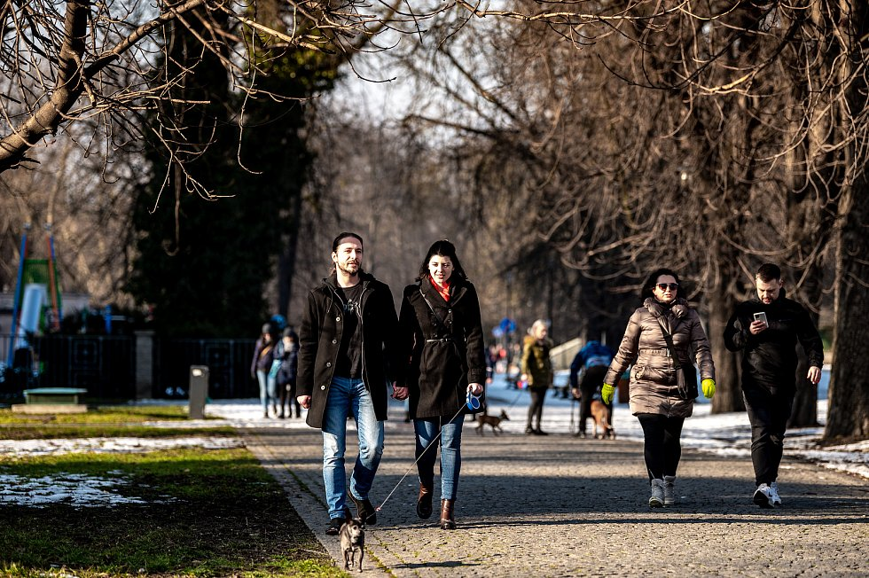 Lidé využili slunečného počasí k trávení času v Komenského sadech a okolí. 21. února 2021 v Ostravě.