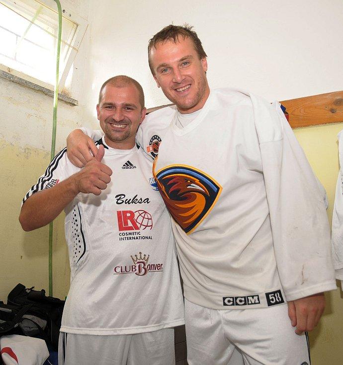 Miloš Holaň s dobrým kamarádem a také bývalým skvělým hokejistou Pavlem Kubinou.