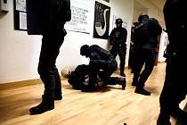 Cvičení proti ozbrojenému útoku ve škole.