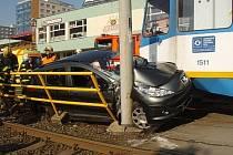 Nehoda Peugeotu 207 s tramvajovou soupravou na lince č. 2.