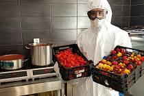 Ochrana v daném případě nesouvisí s čínskou nákazou, nýbrž capsaicinem, dráždivou silicí v chilli papričkách, z nichž v kuchyni u Gastona dělají omáčky a jiné pochutiny.