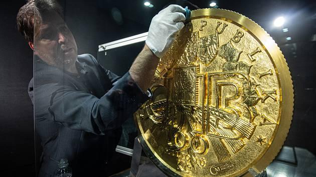 Do Ostravskému muzea dorazila 130 kg mince z ryzího zlata s hodnotou 100 milionů korun, 30 září 2020 v Ostravě.