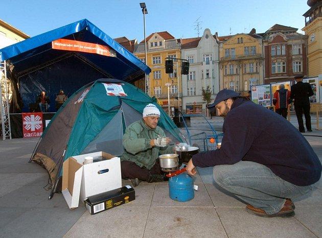 Na chudobu kolem nás upozornil happening na Masarykově náměstí v Ostravě. Kolemjdoucí mohli ochutnat bezdomoveckou polévku.