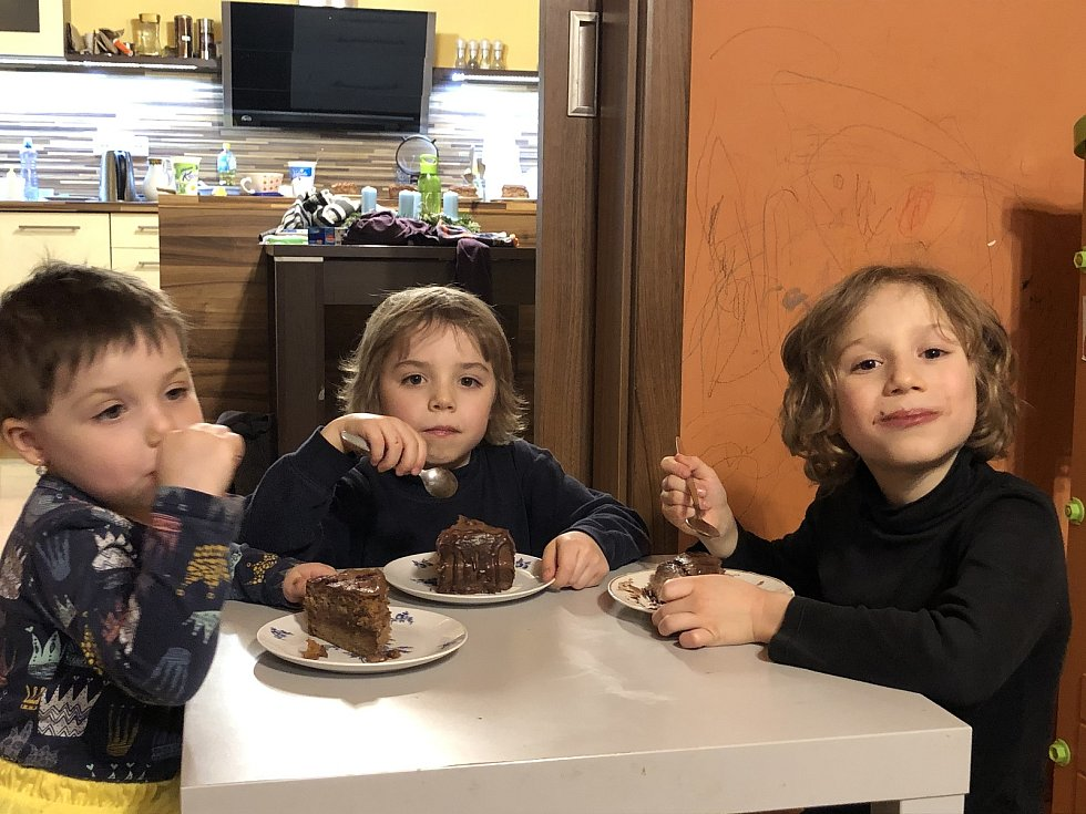 Tři děti ve věku devíti, šesti a tří let jsou se svou rodinou stmeleny, což přináší domácí pohodu a tudíž také přístup k věcem jako je škola.