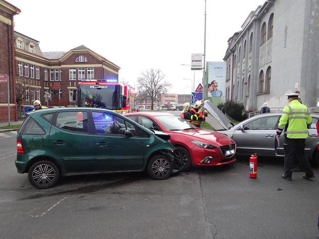 V Ostravě v Lidické ulici se srazila tři osobní auta.