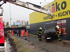 Nárazem do stěny prodejny skončila nehoda, u které v pondělí dopoledne zasahovali ostravští hasiči.