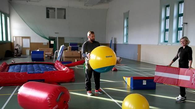 FAMILY GYM. Martin Potočný vybavuje na Landeku tělocvičnu pro rodiče s dětmi i prarodiče s vnoučaty.