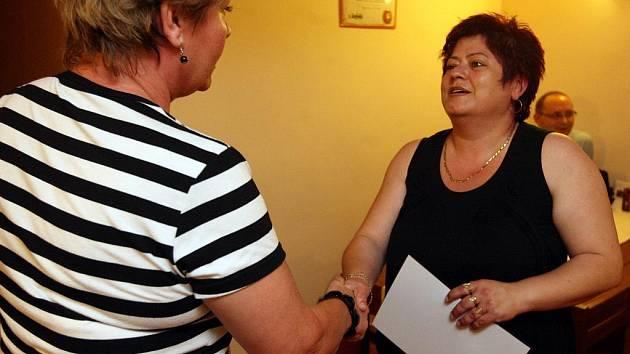 Marie Henselová, majitelka restaurace Marie v Mariánských Horách, přebírá cenu pro nejoblíbenější hospůdku roku 2010.