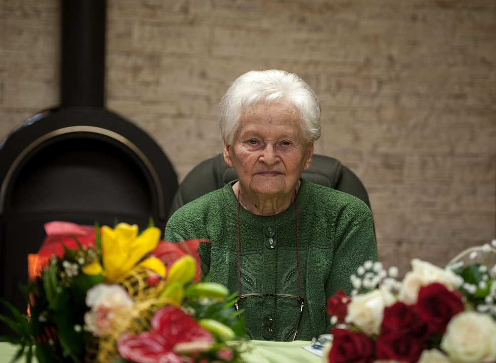 MARIE POLÁŠKOVÁ ze Zbyslavic tento týden oslavila sto let, ovšem vypadá, chodí a vypravuje, jako by jí bylo nanejvýš pětsedmdesát.