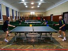 10 těžkých utkání čekalo včera stolní tenisty radvanického Sokola v rámci 49. ročníku Vánočního turnaje.
