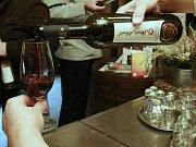 Návštěvníci Vinařského dvora v Němčičkách mohli v sobotu ochutnávat zabijačkové speciality. Účastníky akce provedli také vinařstvím.