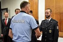 Ředitel moravskoslezské policie Tomáš Kužel (na snímku zády) předal v pondělí 24. srpna 2020 ocenění zachráncům policisty Martina Žebroka, kterého v Beskydech zasáhl blesk (na snímku vpravo).