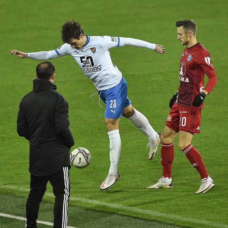 Utkání 13. kola první fotbalové ligy: FC Baník Ostrava - Sigma Olomouc, 18. prosince 2020 v Ostravě. (Zleva) Roman Potočný z Ostravy a Šimon Falta z Olomouce.