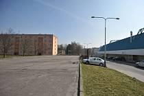 Plocha vedle zimního stadionu v Ostravě-Porubě zeje při všech akcích pořádaných v hale prázdnotou. Tvoří totiž střechu garáží a má narušenou statiku.