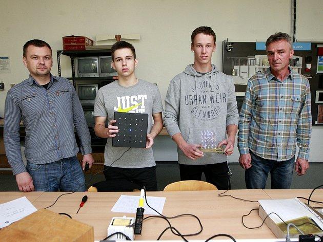 Vedoucí odborného výcviku Střední školy elektrotechnické Tomáš Nevřela, Miroslav Šnajdárek, Miloš Pabel a zástupce firmy TIPA Jiří Pavlík.