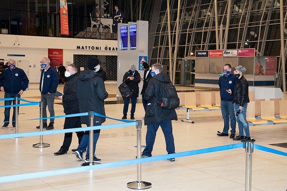 V zámořské NHL běžné, v extralize je to věc výjimečná. Pro hokejisty Vítkovic byl čtvrteční podvečer netradiční. Ostravská výprava zvolila cestu na venkovní trip vzduchem, místo tradiční cesty po zemi. Autobus vyměnila za letadlo.