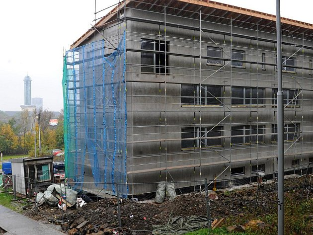Nový polyfunkční dům ve Slezské Ostravě je ještě schovaný pod lešením.