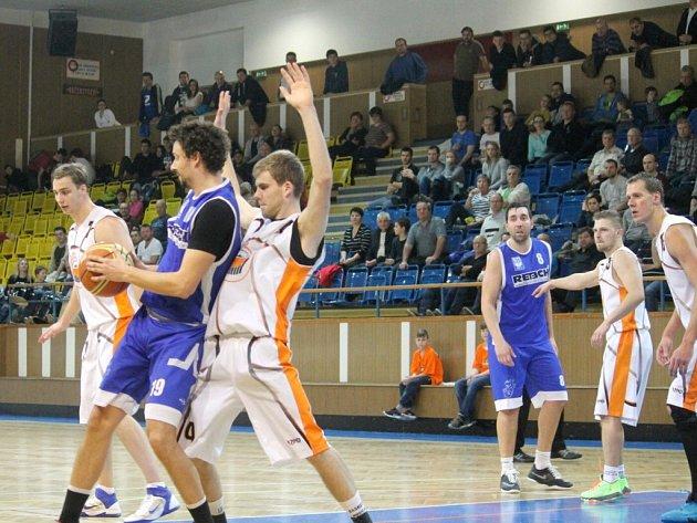 NOVOJIČÍNŠTÍ BASKETBALISTÉ (v bílém) nezvládli duel na v Prostějově a prohráli podesáté v sezoně.