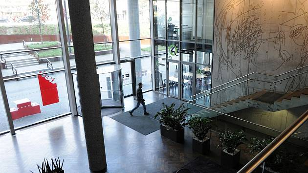 Na návštěvě v Tieto Towers. Průvodce po dvou propojených budovách Deníku dělali Petr Lukasík, šéf ostravské centrály nadnárodní společnosti Tieto spolu s personálním ředitelem Lubošem Tejklem.