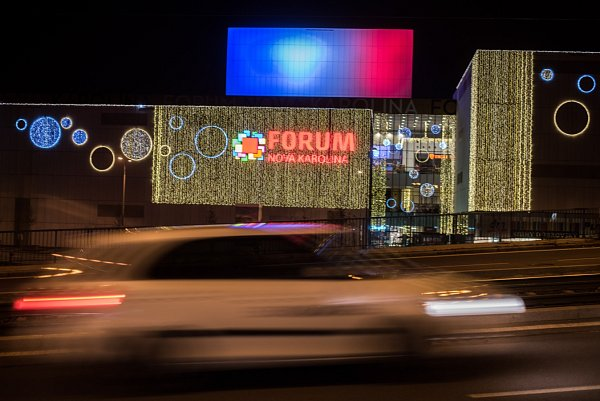 Také obchodní centrum Forum Nová Karolina vOstravě vyjádřilo trikolorou podporu Francie.