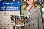 Český fedcupový tým se postupně sjíždí do Ostravy. Briefing s novináři z 4. února 2019 ve Svinově, na snímku Barbora Krejčíková s pohárem, který fedcupový tým vyhrál v loňském roce.