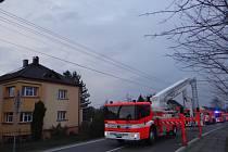 Hasiči likvidovali požár domu ve Vratimově. Na místě zasahovalo sedm hasičských vozů.
