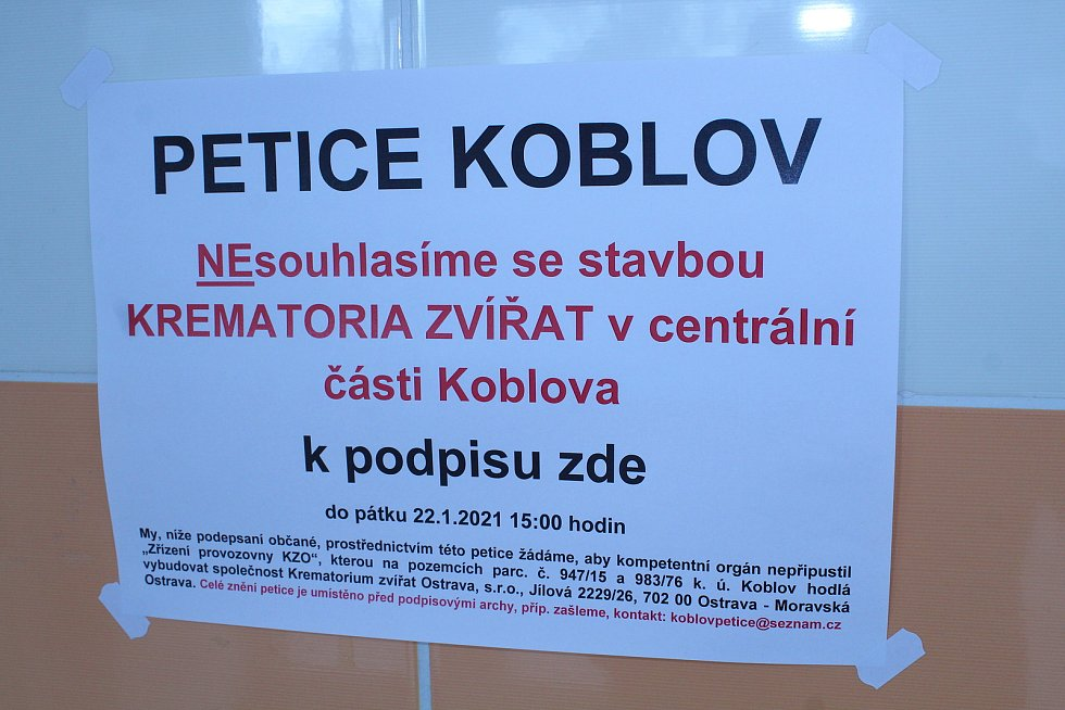 Lidé podepisují petici proti výstavbě krematoria.