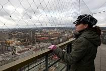 Pracovnice Městského informačního centra Petra Kostřicová měla v pondělí na starosti komentované prohlídky. Chladné a větrné počasí sice moc na věž nelákalo, viditelnost ale stála za to.