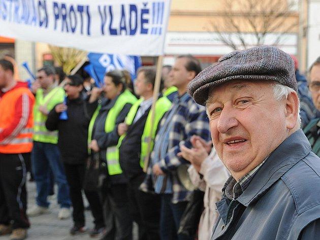Asi stovka lidí přišla 26. března na Jiráskovo náměstí na protestní shromáždění s happeningem vyjádřit svou nespokojenost se zdravotnickou reformou a s opatřeními v sociální oblasti, která prosazuje vláda.