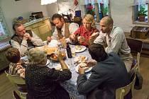 Sedmičlenná rodina z jižních Čech, která vyhrála konkurz do reality show Dovolená ve starých časech, tráví dva měsíce v beskydských Starých Hamrech.