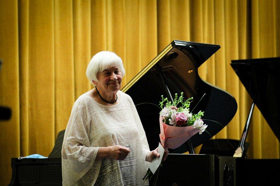"""Známá karvinská pianistka Wanda Miech odehrála 16. června v ZUŠ Bedřicha Smetany Karviná koncert se skladbami """"na přání""""."""