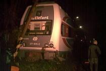 Vykolejený vlak CityElefant narazil do sloupu