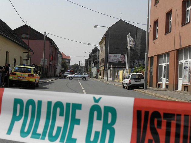 Policisté zasahují u sídla bezpečnostní agentury v Ostravě-Vítkovicích. Její zaměstnanci na podvozku jednoho z vozů našli přilepený podezřelý balíček.