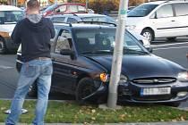 Neobvyklá dopravní nehoda se stala v úterý 8. listopadu odpoledne před frýdecko-místeckou poliklinikou.