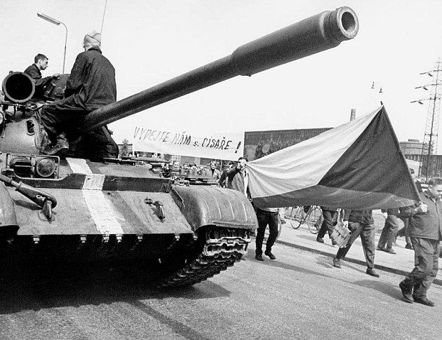 Snímky z 21. srpna 1968: Demonstrace před NHKG v Ostravě