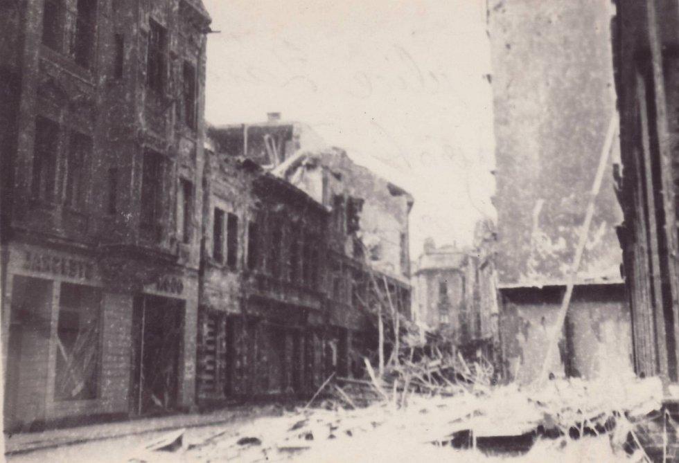 ZÁMECKÁ 2. Pohled z opačné strany od dnešní trafiky a stánků zachycující Zámeckou ulici naproti Horníku.