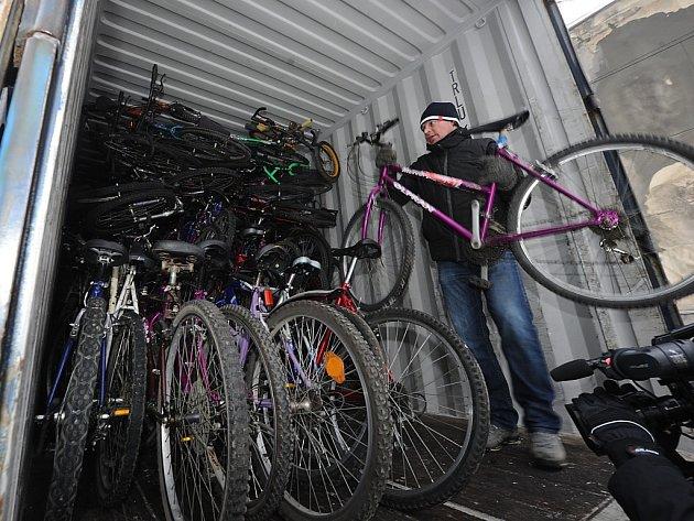 V Koblově oslavili Valentýna zcela netradičně. Naskládali několik stovek horských kol do dvanáctimetrového kontejneru.