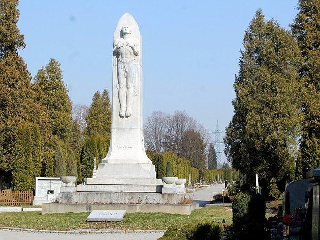 Obelisk, jenž stojí nedaleko hlavního vchodu hřbitova vNovém Jičíně, slouží jako pietní místo, které je zasvěceno obětem obou světových válek.