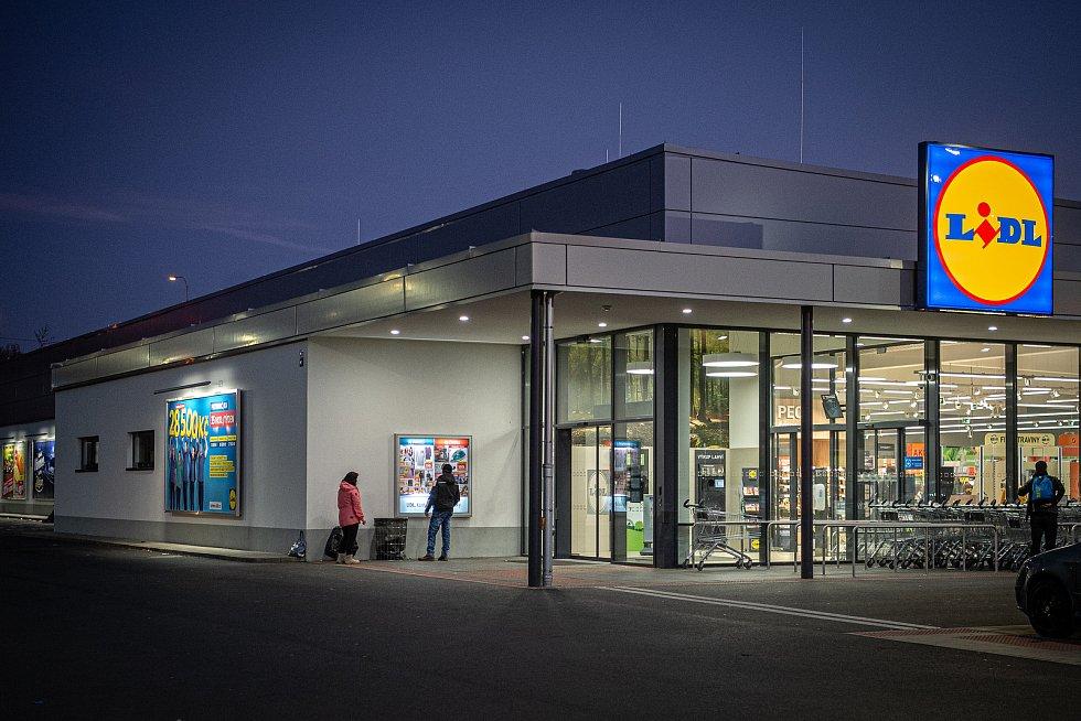 Situace před vchodem do jednoho z marketů v Ostravě ve středu 18. listopadu 2020 večer, kdy začalo platit omezení počtu zákazníků na plochu v obchodech a nákupních centrech.