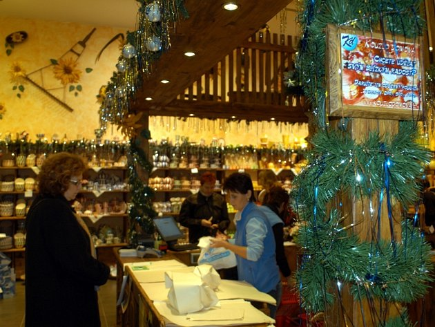 Obchodníci již lákají ke koupi vánočních dárků.