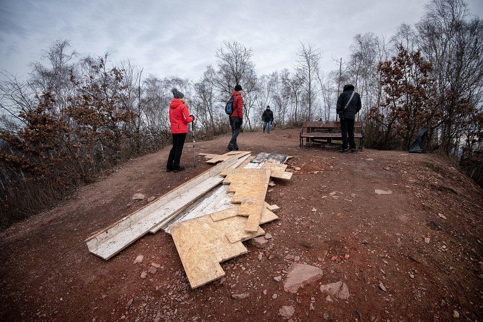 Halda Ema, 30. prosince 2019 v Ostravě. Zničená instalace Jakuba Černého v podobě makety schodů z Karoliny.