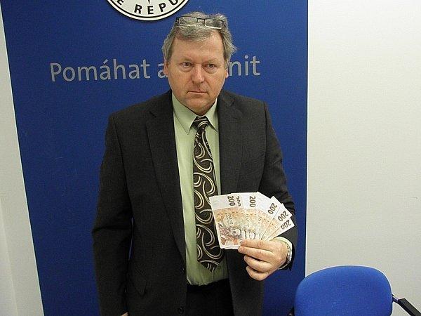 Kriminalista Jiří Jícha ukazuje část zajištěných padělků.