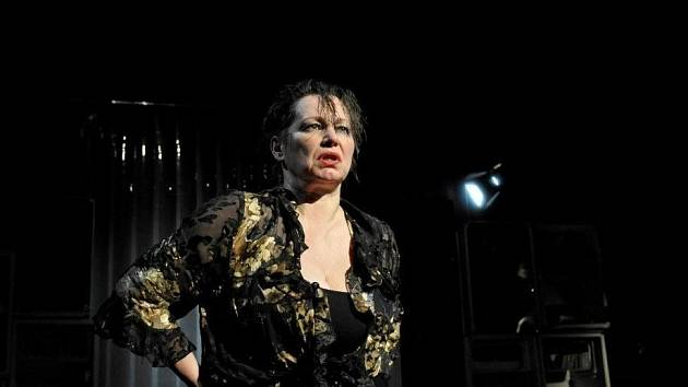 Alena Sasínová-Polarczyk v  titulní roli Albeeho dramatu.