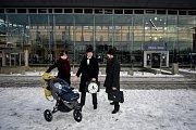 Příznivci britské skupiny komiků Monty Python se sešli v Ostravě-Svinově. Oslavili tak Mezinárodní den švihlé chůze (Silly Walk), který připomíná slavný skeč o ministerstvu švihlé chůze s hercem Johnem Cleesem v hlavní roli.