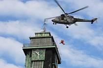 Letečtí záchranáři cvičili na ostravských výškových budovách, v tomto případě na Nové radnici